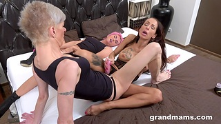 Dirty mature enjoys having sex forth two younger lesbian babes